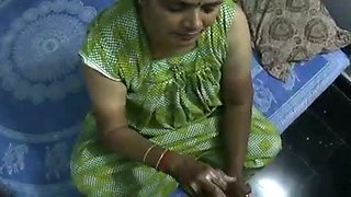 video titel: Mature and happy Indian aunty giving oily handjob on cam || porn tgas: aunty,camshow,handjob,indian,mylust
