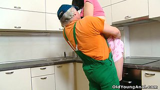 video titel: Sweet brunette teen in stockings sedused by an old plumber on the kitchen || porn tgas: amateur,brunette,cute,kissing,xcafe