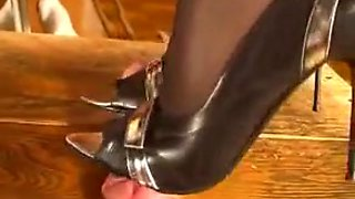 video titel: Awesome domina gives a shoejob through the gloryhole || porn tgas: awesome,domination,femdom,foot,hotmovs