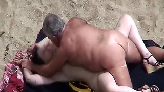 video titel: Old man fucking his wife in beach || porn tgas: amateur,beach,fuck,old and young,voyeurhit
