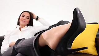 video titel: Busness woman turns herself on by trying on different || porn tgas: european,fetish,foot,high definition,