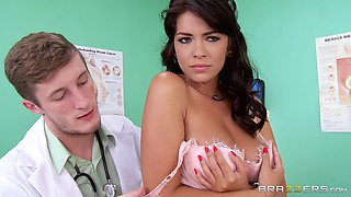 video titel: Babe Gets Seduced By Her Doctor || porn tgas: babe,brunette,doctor,natural,looporn